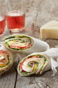 Schnell zubereitetes Fingerfood: Gefüllter Wrap mit würzigem Pecorino und leichtem Putenaufschnitt. Ideal zum Snacken, für Partys oder zum Picknick.