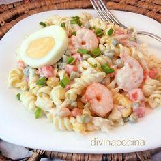 Esta ensaladilla de pasta con gambas se prepara con los ingredientes de la ensaladilla rusa, pero la pasta la hace más ligera y fresca.