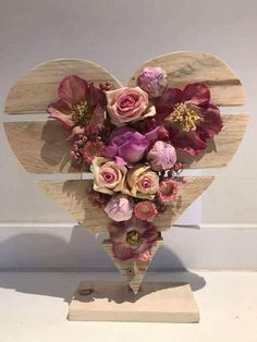 New Crafts, Diy And Crafts, Diy Projects To Try, Craft Projects, Valentine's Day Flower Arrangements, How To Wrap Flowers, Heart Crafts, Arte Floral, Valentine's Day Diy