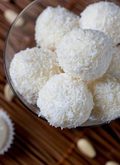 Homemade Raffaello Almond Coconut Candies ~ Easy to make and a nice sweet treat. The flavour of coconut blended with delicious crunchy almonds make for a great tasting candy. Bakery Recipes, Milk Recipes, Mexican Food Recipes, Cooking Recipes, Coconut Candy, Coconut Balls, Easy Candy Recipes, Sweet Recipes, Diabetic Pie Recipe