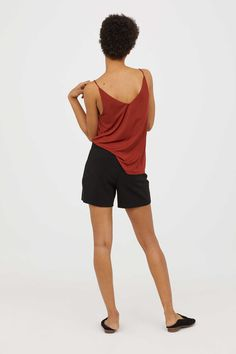 Schwarz. City-Shorts aus Webstoff mit hohem Bund und Metallzierknöpfen vorn sowie paspelierten Taschen hinten. Verdeckter Seitenreißverschluss.