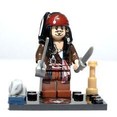 """JACK SPARROW (Pirates of the Caribbean) Aquí tienes al maravilloso """"loco"""" protagonista de Piratas del Caribe y capitán de La Perla Negra. Un capitán de dudosa moral y sobriedad, un maestro del ego y el interés propio. El primer amor de Jack era el mar, su segundo era su querida nave La Perla Negra."""