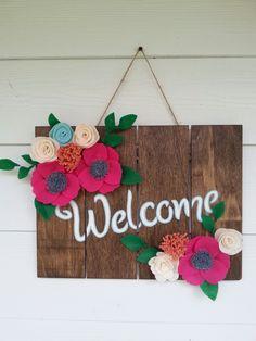 Welcome sign with felt flowers. Diy Home Crafts, Felt Crafts, Handmade Crafts, Fall Door Decorations, Flower Decorations, Wooden Welcome Signs, Wooden Signs, Homemade Business, Homemade Signs