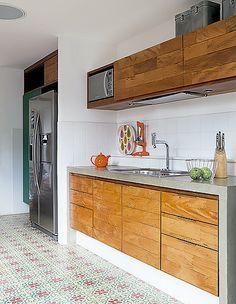Cozinha: com piso de ladrilho hidráulico, o cômodo tem armários de madeira de demolição. Sobre a bancada de concreto, utensílios da Etna (Foto: Lufe Gomes/ Editora Globo)