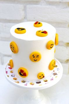 These 16 Awesome Emoji Cake Ideas will blow your guests away. Each one is totally insta-worthy and perfect for an Emoji Themed Party. Emoji Cake, Salty Cake, 11th Birthday, Birthday Cakes, Girl Cakes, Cake Girls, Smileys, Savoury Cake, Creative Cakes