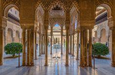 Alhambra, Granada. Aunque las primeras edificaciones defensivas se construyen aún en época califal, la Alambra se convierte en residencia real en 1238 y los palacios nazaríes que aún hoy nos maravillan -sobre todo el Palacio de Comares y el Palacio de los Leones- son todavía posteriores: se edificaron durante el S XIV. En la Alhambra residieron durante algún tiempo los Reyes Catolicos y en allí pasó también su luna de miel con Isabel de Portugal, tras la cual decidió construir su propio…