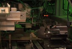 Innami Factory has developed a new type of automated packaging machine, the Ecomailpack IF-EMP450. This machine automatically packs products into cardboard envelopes for mailing, without needing shock-absorbing material.
