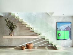 Fixadas apenas à parede ou sustentada por vigas, elas passam a sensação de estarem, literalmente, flutuando no ambiente Foyer Design, Home Stairs Design, Interior Exterior, Home Interior Design, Villa Design, House Design, Staircase Storage, House Stairs, Space Architecture