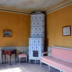 Mrs Grill's Cabinet at Svindersvik with a Gustavian sofa and chairs. The tiled stove dates from the time of the Baroness De Geer. There was probably an open fireplace here before the Baroness bought the house in 1780. She was the first to use Svindersvik as a permanent summerhouse. #hakangroth #svindersvik #tiledstove #kakelugn