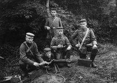 Hommes du IR461 de la 237. Inf.Div posant avec une MG0815 du coté des Flandres vers 1917. On notera les P08 longs portés en bandoulière.