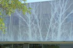 Particolare parete in pannelli di lamiera forata con riproduzione di un disegno
