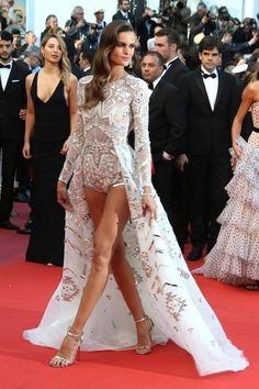 Cannes la alfombra roja del festival – StyleLovely Your place to buy and sell all things handmade Eureka Fashion – Sleeveless Lace Bateau Cockta The Sartorialist, Festival Looks, Beautiful Dresses, Nice Dresses, Met Gala Outfits, Catwalk Models, Stylish Dresses For Girls, Fashion Figures, Gala Dresses