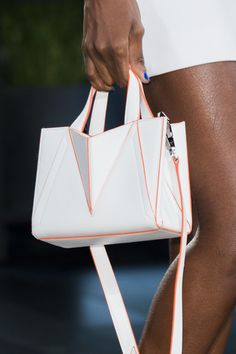 Cushnie et Ochs at New York Fashion Week Spring 2018 - Details Runway Photos Origami Bag, Sacs Design, Bags For Teens, Cushnie Et Ochs, New Fashion Trends, Luxury Bags, Fashion Bags, Fashion Women, Leather Handbags