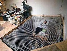Hier zie je dat niet elk bed een matras heeft, maar geschikt voor koude nachten is het niet, maar wel ideaal voor hele warme.