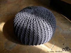 Comment faire son pouf. Bon, apparemment faut savoir tricoter, c'est pas gagné. Pouf En Crochet, Diy Crochet, Crochet Pillow, Crochet Hooks, Diy Pouf, Pouf Tricoté, Arm Knitting, Point Mousse, Poufs