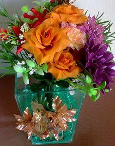 Arranjo de Flores Artificiais de Seda : Vaso de Vidro com Bolinhas de Gel Verde , Rosas e cravos , flores vermelhas e roxa, folhagens e enfeite de Natal . R$ 45,00