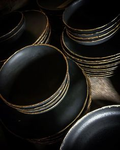 WEBSTA @gaya.ceramic Decadent and luxurious new custom dinner-set. . The opaque black glaze is contrasting with the shiny gold luster beautifully and gracefully. Don't you think? . . . . . .