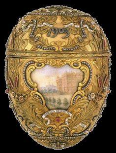 """Il corpo dell'uovo è coperto di foglie di alloro, rose e giunchi cesellati in oro verde a 14 carati, a simboleggiare la fonte delle """"acqua di vita""""; le infiorescenze sono realizzate con rubini quadrati. Sulla parte superiore vi è una corona smaltata che circonda il monogramma di Nicola II. La parte inferiore è decorata con l'aquila imperiale a due teste, in smalto nero e coronata con due diamanti"""