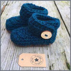 Een persoonlijke favoriet uit mijn Etsy shop https://www.etsy.com/nl/listing/483036702/haakgarens-baby-laarsjes-wrap-rond-knop