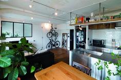 イメージは無骨で男っぽいサンフランシスコのインテリア   「業務用っぽくしたい」と妻がリクエストした存在感のあるキッチンは、コンロ側の壁にサブウェイタイルを。キッチン背面の吊り戸棚は、廊下の棚と同じ古材を使用「リノべる。」のリノベーション事例「イメージは無骨で男っぽいサンフランシスコのインテリア」