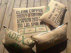 Coussins en toile de jute et métis. Confectionné avec des sacs de café et des draps anciens en métis . Fait à la main au Cap Ferret. Pièce unique. Http://zenathome -deco.com