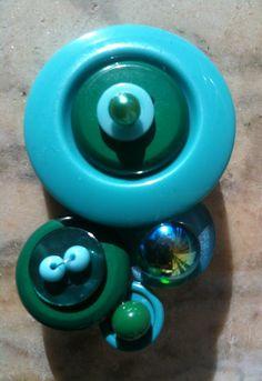 Spilla con bottoni e perline