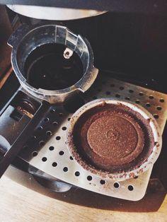 Remove holder from portafilter. Espresso Powder, Brewing