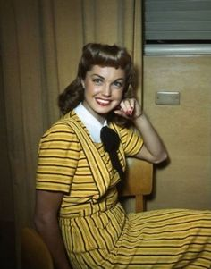 Net Image: Esther Williams: Photo ID: . Picture of Esther Williams - Latest Esther Williams Photo. Vintage Hollywood, Hollywood Glamour, Hollywood Actresses, Classic Hollywood, Fashion Tv, 1940s Fashion, Fashion History, Vintage Fashion, Ester Williams