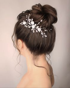 Floral Swarovski Crystal wedding hairvine : Swarovski Crystal and freshwater pearl flower wedding hairvine teamed with a fresh pretty high bun for a natural sparkling wedding look - Stella from the Debbie Carlisle Stardust 2019 collection. Long Face Hairstyles, Wedding Hairstyles For Long Hair, Bride Hairstyles, Hair Wedding, Hairstyle Wedding, Elegant Hairstyles, Summer Hairstyles, Wedding Makeup, Bridesmaids Hairstyles