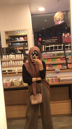 Casual Hijab Outfit, Ootd Hijab, Hijabi Girl, Girl Hijab, Girl Photo Poses, Girl Photos, Girls Mirror, Hijab Fashion Inspiration, Stylish Girls Photos