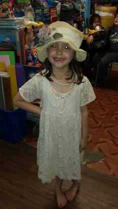 C'est Elle. Elle est de six ans. Elle est petite. Nous la gardons les enfants. Elle est la soeur du yunger de Noah
