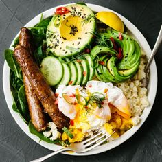 The food choices you make in the morning affect the way you feel all day. But if carbs sap your energy and deplete brainpower, what can you eat for breakfast? The answer lies in protein, vegetables, and healthy fats. Try this simple breakfast recipe for l Healthy Desayunos, Healthy Breakfast Recipes, Healthy Eating, Healthy Recipes, Smoothie Recipes, Diet Recipes, Chicken Recipes, Bulletproof Diet, Buddha Bowl