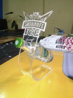 Display Glorificador Porta botella de acrílico en péndulo con grabado en láser. PANAMA Tel. (507)239-1205 / Correo: cnmpyd@gmail.com