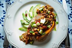 KNUSPERKABINETT: Baked Sweet Potatoes auf Avocadocarpaccio und mit scharfem Bohnenchili Superfood, Baked Potato, Chili, Veggies, Potatoes, Baking, Ethnic Recipes, Low Calorie Recipes, Chef Recipes