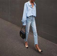 Light blue shirt+straight-leg jeans+nude and black heels / mules+black handbag. Spring casual date /workwesr outfit 2020 Blue Fashion, Work Fashion, Daily Fashion, Jeans Fashion Street Style, Chanel Street Style, Denim Style, Casual Street Style, Shirt Style, Mode Outfits