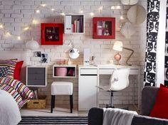 Chambre à coucher meublée avec un bureau et une chaise pivotante blancs, et des armoires murales en rouge et blanc.