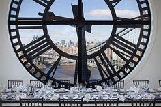 Clocktower Apartment in Brooklyn : Le projet d'appartement dans une tour d'horloge à Brooklyn a été développé par David Walentas. Cette tour est devenue un grand domicile au design moderne, élevé sur 3 étages, avec de hauts plafonds. Elle donne une vue imprenable sur New York et et le Brooklyn Bridge. Une habitation à découvrir en images dans la galerie.