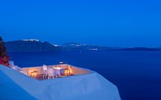 Not sure, where to stay in Santorini? Check these 10 stunning hotels and find the best place to stay in Santorini for your romantic getaway! Best Restaurants In Santorini, Santorini Beaches, Santorini Travel, Santorini Greece, Romantic Restaurants, Crete Greece, Romantic Vacations, Athens Greece, Romantic Getaway