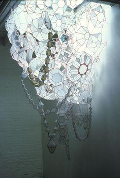 Kisten Hassenfeld qui réalise de somptueuses scénographies à l'aide de délicates structures en papier, découpé, plié roulé à la main. - -   http://www.kirstenhassenfeld.com/index.html