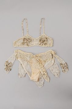 Vintage Costumes This vintage burlesque set is beautiful and would be great for a bridal boudoir set. A bit of glam, but not overpowering. Vintage Underwear, Vintage Lingerie, Lingerie Set, Ropa Interior Vintage, Vintage Outfits, Vintage Fashion, Vintage Wear, Vintage Costumes, Vintage Burlesque