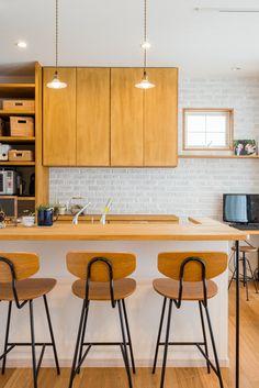 木と白のシンプルなインテリアにレンガの質感がイイ感じです。細かいことですが、レンガの割付に合わせて飾り棚の高さや収納のサイズを納めているところが嬉しい。同じようにつくっても、出来上がりが違うのはこういうところ。手間を惜します試行錯誤! #設計士の仕事 #白レンガ #造作収納 #キッチン収納 #レトロ #ペンダントライト #カウンター #キッチンカウンター #パソコンコーナー #スタディコーナー #ナラ #オーク #無垢材 #設計事務所 #設計士 #設計士とつくる #デザイナーズ住宅 #デザイン住宅 #コラボハウス #香川 #愛媛
