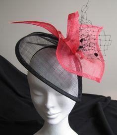 Chapeau de sisal rouge et voilette noire : Chapeau, bonnet par les-bibis-de-paris