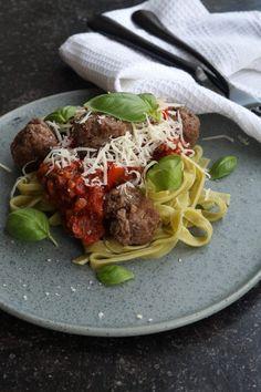 Grøntsagspasta med kødboller og tomatsauce