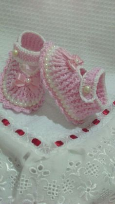Linda Klingensmith Discover thousands of images about Shabby chicPink and White Crochet Baby Booties por TippyToesBabyDesignsThis Pin was discovered by MerA lovely pattern to knit for aThese are knit, but it does gi Crochet Baby Boots, Crochet Baby Sandals, Booties Crochet, Baby Girl Crochet, Crochet Baby Clothes, Crochet Baby Blanket Beginner, Crochet Slippers, Baby Booties, Knitted Baby