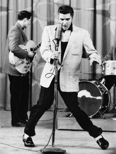 Elvis Presley - Cantor de sucesso durante os anos 50. A musica Hound Dog é considerada uma das mais importantes da década.
