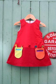 Robe poches en velours milleraies rouge pour petite fille.