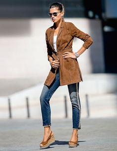 Ein luxuriöser Vertreter der neuen Eleganz: Der leichte Veloursledermantel flaniert mit viel Lässigkeit durch die Stadt.