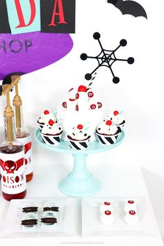 See these Halloween Treats, Drinks, and cupcakes for an EASY Halloween party setup! Halloween Party Treats, Scary Halloween Decorations, Cute Halloween, Halloween Cards, Craft Activities For Kids, Crafts For Kids, Fun Party Games, Party Ideas, Halloween Projects