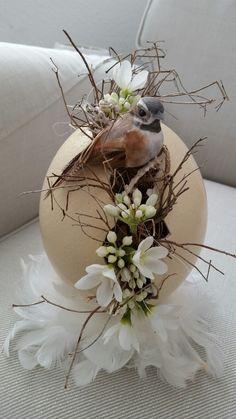 Easter Flower Arrangements, Easter Flowers, Easter Wreaths, Holiday Wreaths, Hoppy Easter, Easter Eggs, Easter Table Decorations, Christmas Decorations, Home Flower Decor