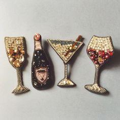 Друзья, у меня ограниченное число любовей. Но любовь к хорошему вину - это та, которую легко и приятно разделить, правда? ) #brooch #embroidered #wine #champagne #domperignonrosé #martini #syrah #jewelry #irinavafina #vscorussia #Москва #Moscow